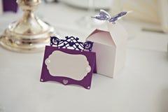 Romantiskt tappningnamntecken på tabellen på closeupen för bröllopmottagande Royaltyfri Fotografi