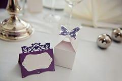 Romantiskt tappningnamntecken på tabellen på closeupen för bröllopmottagande Royaltyfria Bilder