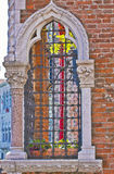 Romantiskt Venetian fönster arkivfoton