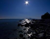 Romantizm de medianoche bajo claro de luna Foto de archivo libre de regalías