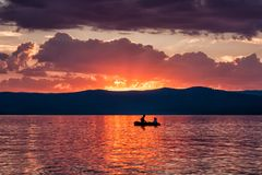 Romantyczna łódź jedzie na jeziorze przeciw tłu fotografia stock