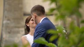 Romantyczna ślubna atmosfera Para eleganccy uśmiechnięci nowożeńcy w miłości delikatnie naciera nosy plenerowych Tylny widok zbiory