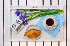 Romantyczna śniadaniowa niespodzianka dla ukochanego zdjęcia royalty free