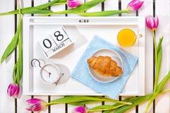 Romantyczna śniadaniowa niespodzianka dla ukochanego obraz royalty free