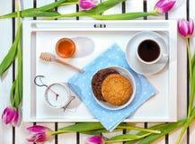 Romantyczna śniadaniowa niespodzianka dla ukochanego Pojęcie świętowanie, kobiety ` s dzień obrazy stock