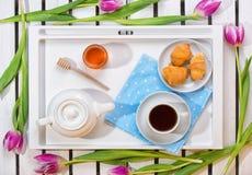 Romantyczna śniadaniowa niespodzianka dla ukochanego Pojęcie świętowanie, kobiety ` s dzień zdjęcie royalty free