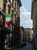 Romantyczna aleja z włoch flagą przy śródmieściem Florencja w Tuscany obraz royalty free