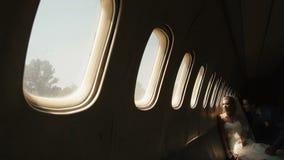 Romantyczna atmosfera Piękna blondynki panna młoda jest przyglądającym rzutem okno w samolocie podczas gdy fornal całuje ona wewn zbiory