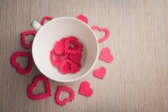Romantyczna biała filiżanka z czerwonymi sercami Fotografia Royalty Free
