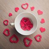Romantyczna biała filiżanka z czerwonymi sercami Zdjęcia Royalty Free