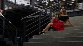 Romantyczna blondynka obwąchuje róży, zwolnione tempo zdjęcie wideo