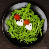Romantyczna Caprese sałatka z mozzarellą, cięciem, pomidorami i zielonym basilem, gdy serca, czarny talerz, ciemny tło Odgórny wi Zdjęcia Royalty Free