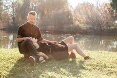 Romantyczna data w parku Zdjęcia Stock