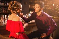 Romantyczna data w restauraci, para przy baru kontuarem obraz stock