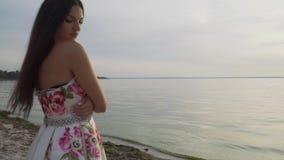 Romantyczna dziewczyna w długiej sukni rzeką zdjęcie wideo
