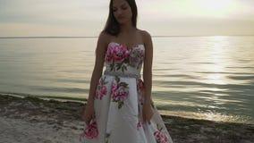 Romantyczna dziewczyna w pięknej sukni na rzece zbiory