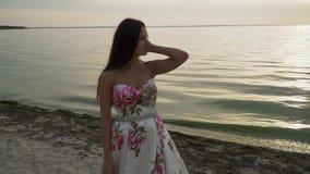 Romantyczna dziewczyna w pięknej sukni na tle rzeka zbiory wideo