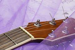 Romantyczna gitara na tkaninie zdjęcia stock