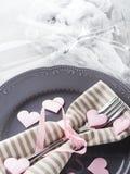 Romantyczna gość restauracji data matrycuje serc szampańskich szkła na szarość Obraz Royalty Free