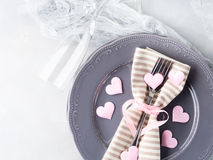 Romantyczna gość restauracji data matrycuje serc szampańskich szkła na szarość Obrazy Stock