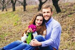 Romantyczna historia miłosna piękna potomstwo para fotografia royalty free