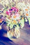 Romantyczna kwiat wiązka w szklanej wazie na wieśniaka stole, zamyka up Zdjęcie Stock