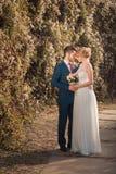 Romantyczna ślub para patrzeje each inny Obrazy Royalty Free