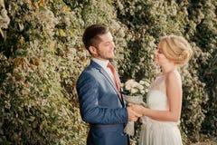 Romantyczna ślub para patrzeje each inny Obraz Stock