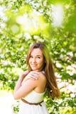 Romantyczna młoda kobieta w wiosna ogródzie wśród jabłczanego okwitnięcia, miękka ostrość Obrazy Royalty Free