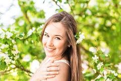 Romantyczna młoda kobieta w wiosna ogródzie wśród jabłczanego okwitnięcia, miękka ostrość Zdjęcia Royalty Free