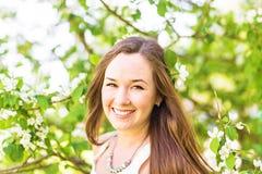 Romantyczna młoda kobieta w wiosna ogródzie wśród jabłczanego okwitnięcia, miękka ostrość Zdjęcia Stock