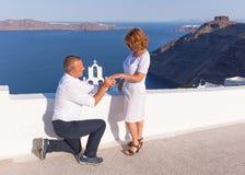 Romantyczna małżeństwo propozycja przy cudowną Santorini wyspą fotografia royalty free