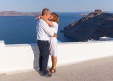 Romantyczna małżeństwo propozycja przy piękną Santorini wyspą fotografia stock
