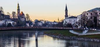 Romantyczna Mroczna widoku dnia scena Salzburg Stary miasteczko z Makartsteg mostem i Salzach rzeka jako przedpole, Salzburg zdjęcie royalty free