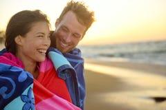 Romantyczna ono uśmiecha się mieszająca biegowa para na plażowym zmierzchu Obrazy Stock