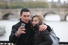 Romantyczna para bierze pic w Paryż Zdjęcia Stock