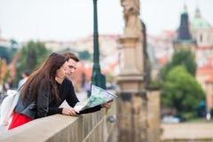 Romantyczna para chodzi wpólnie w Europa Szczęśliwi kochankowie cieszy się pejzaż miejskiego z sławnymi punktami zwrotnymi Obraz Royalty Free