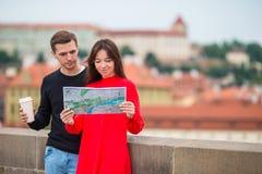 Romantyczna para chodzi wpólnie w Europa Szczęśliwi kochankowie cieszy się pejzaż miejskiego z sławnymi punktami zwrotnymi Zdjęcia Stock