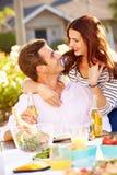 Romantyczna para Cieszy się Plenerowego posiłek W ogródzie obraz stock