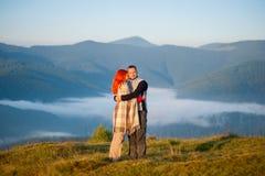 Romantyczna para cieszy się ranek mgiełkę nad górami Obrazy Royalty Free