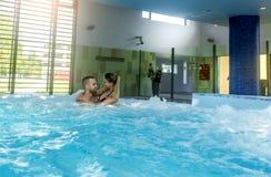 Romantyczna para cieszy się termicznego kąpielowego zdrój i wellness ześrodkowywamy Zdjęcia Royalty Free