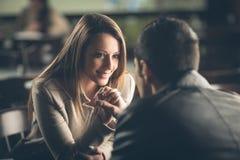 Romantyczna para flirtuje przy barem obraz stock