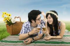 Romantyczna para ma wino grzankę Zdjęcia Royalty Free