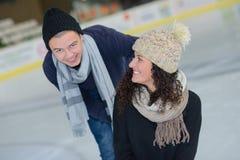 Romantyczna para na lodowatej dacie zdjęcie stock
