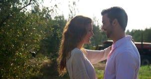 Romantyczna para obejmuje each inny w oliwki gospodarstwie rolnym 4k zdjęcie wideo