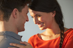 Romantyczna para Obejmuje Indoors Fotografia Stock