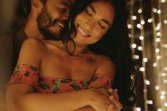 Romantyczna para obejmuje serdecznego przyjaciela i cieszy się zdjęcia stock