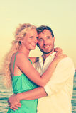 Romantyczna para ono Uśmiecha się I Obejmuje Przy plażą zdjęcie stock