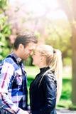Romantyczna para przy parkiem W ten sposób Zamkniętym Each Inny obrazy royalty free