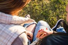 Romantyczna para relaksuje na rzecznym doku w jesień parku Zdjęcie Stock